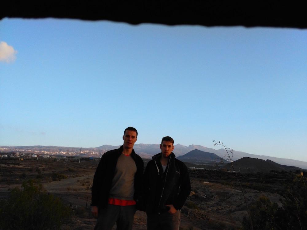První fotka po příletu, 1 km na kopci od letiště, v pozadí nejvyšší hora Španělska
